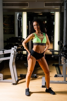 Esporte feminino com halteres e luvas de boxer na academia