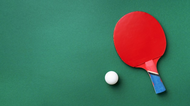 Esporte, fitness, conceito saudável. raquete de pingue-pongue ou tênis de mesa e bola. vista do topo. postura plana.