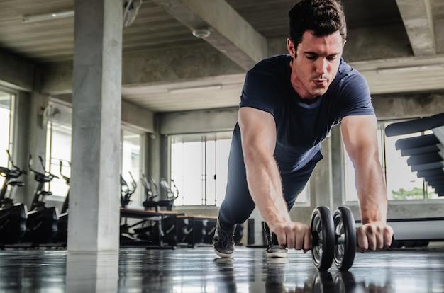 Esporte, fitness, musculação, estilo de vida e as pessoas conceito - homem exercitar o trabalho