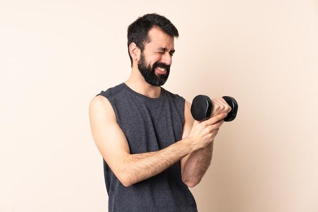 Esporte homem caucasiano com barba fazendo halterofilismo isolado