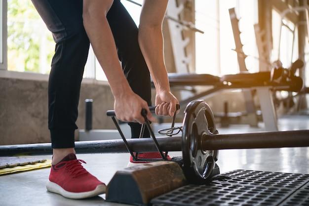 Esporte homem exercício treino com halteres no ginásio