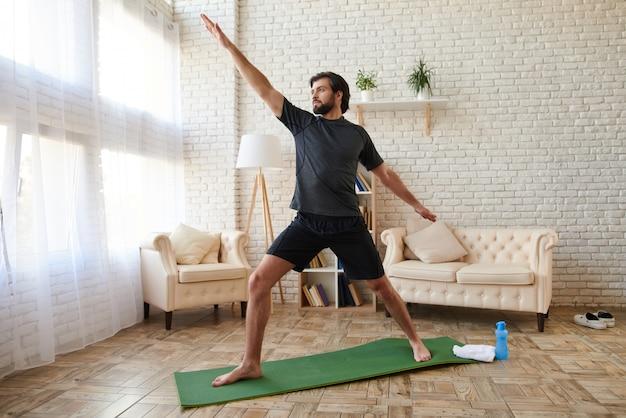 Esporte homem praticando ioga avançada em casa