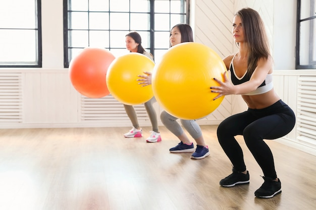 Esporte indoor, fitness no ginásio, fitness no ginásio