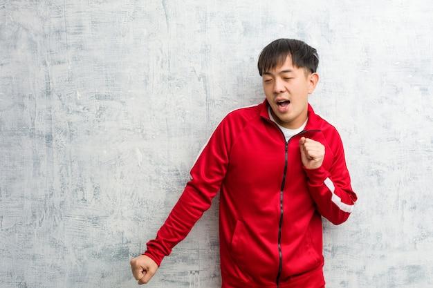 Esporte jovem fitness chinês dançando e se divertindo