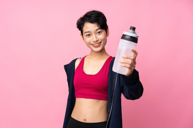 Esporte jovem mulher asiática com garrafa de água de esportes