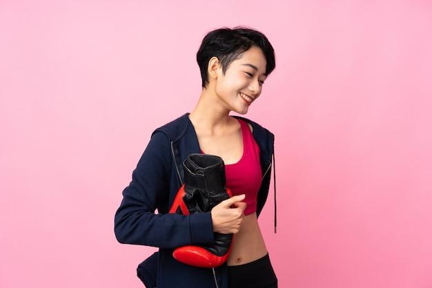 Esporte jovem mulher asiática com luvas de boxe