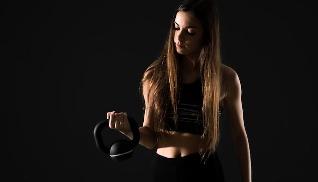 Esporte jovem mulher com kettlebell