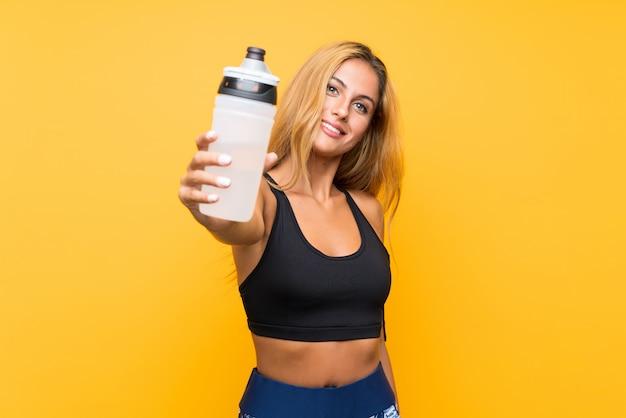 Esporte jovem mulher com uma garrafa de água