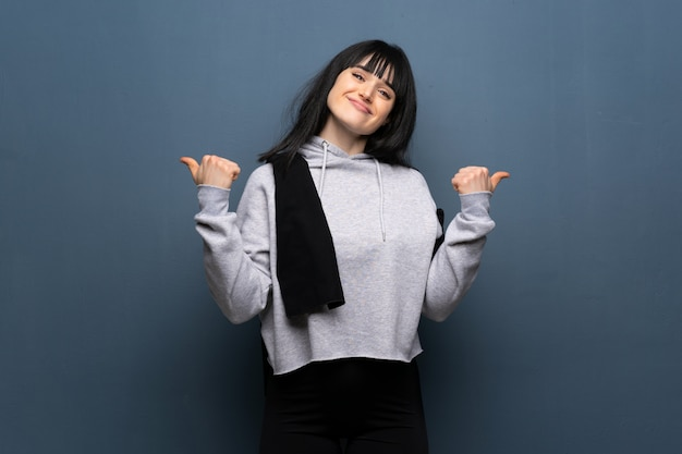 Esporte jovem mulher dando um polegar para cima gesto e sorrindo