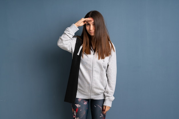 Esporte jovem mulher olhando longe com a mão para procurar algo