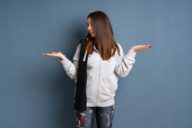 Esporte jovem mulher segurando copyspace com as duas mãos