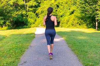 Esporte mulher asiática correndo ao ar livre