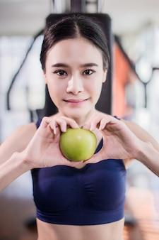 Esporte mulher asiática em traje de exercício em ação com borrão fitness fundo conceito de saúde