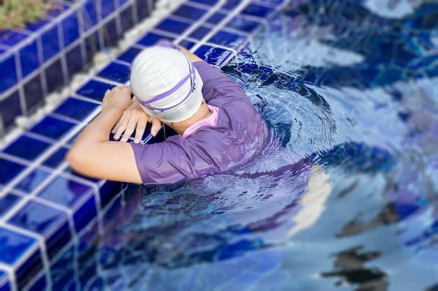 Esporte mulher relaxante na piscina