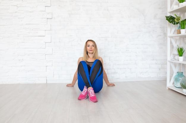 Esporte mulher sentada no chão