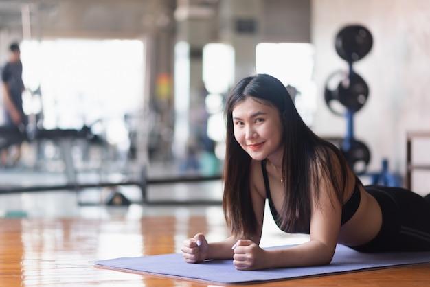 Esporte mulheres planking exercício no ginásio