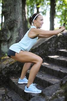 Esporte oudoor, menina se exercitando