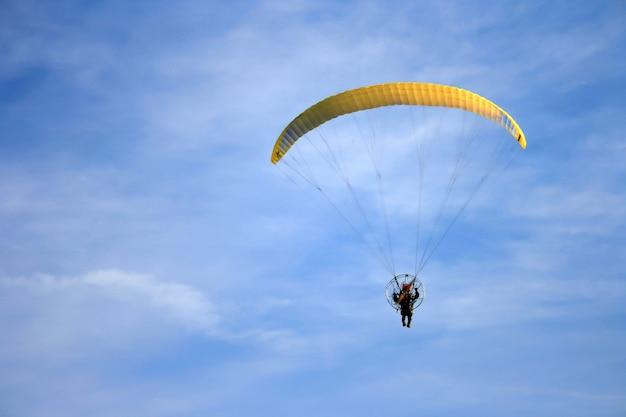 Esporte paramotor contra o céu azul