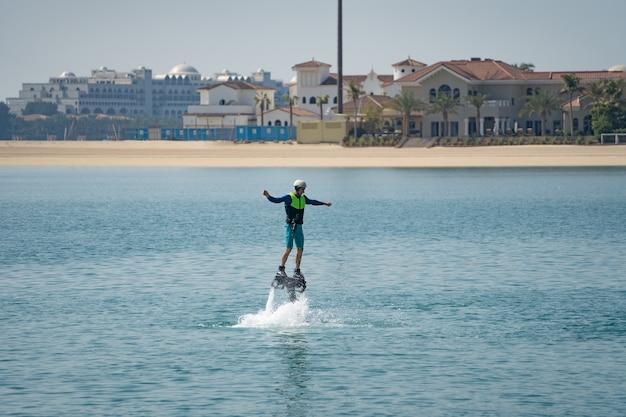 Esporte radical aquático. o cara está voando no flyboard aquático. descanso extremo no mar.