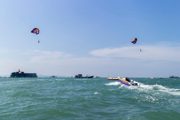 Esportes ao ar livre parasailing no mar com o plano de viagem de verão de atividade de férias