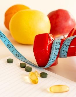 Esportes com halteres, fitness, gravação, bloco de notas, conceito de perda de peso, dieta, nutrição