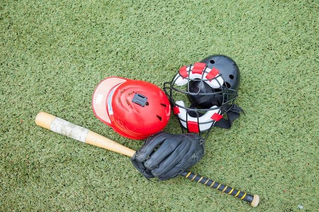 Esportes de equipamentos de softbol no campo de grama