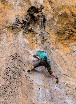 Esportes de escalada são muito populares para os turistas na ilha de railay, krabi, tailândia