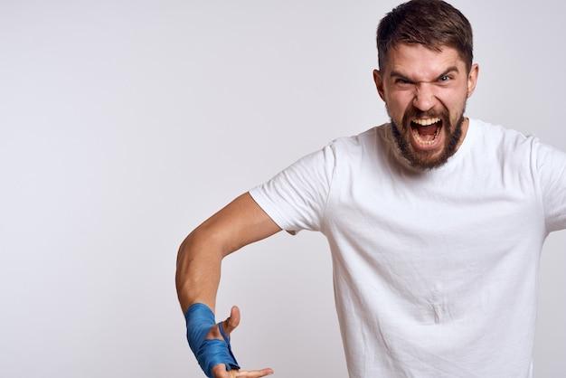 Esportes homem boxe bandagens nas mãos, emoções, energia, treino