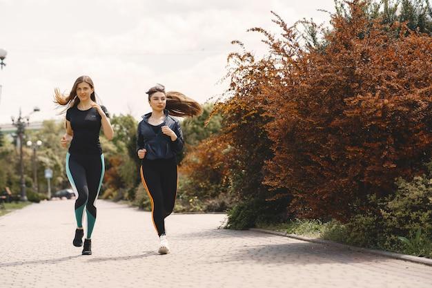 Esportes meninas treinando em uma floresta de verão
