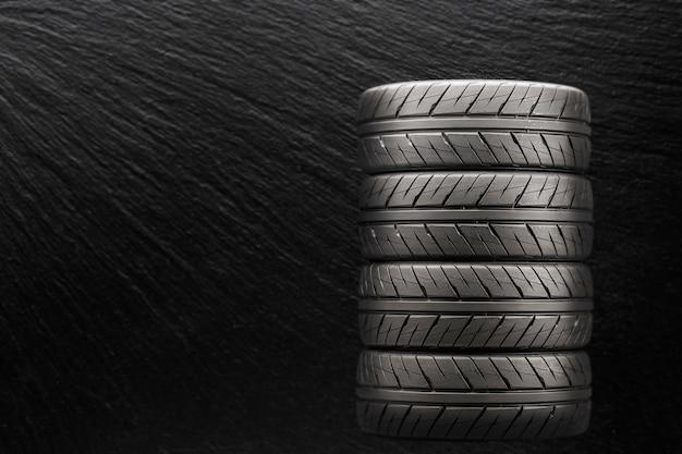 Esportes pneus sobre um fundo preto e embaçado.
