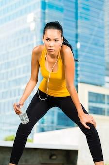 Esportes urbanos - fitness na cidade asiática ou indonésia