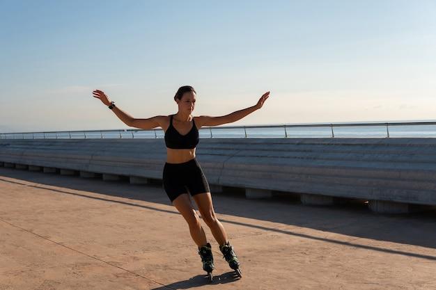 Esportista andando de patins em aterro