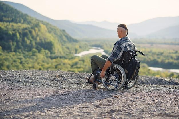 Esportista após lesão em cadeira de rodas aproveita o ar fresco nas montanhas
