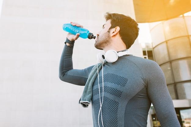Esportista bebendo água