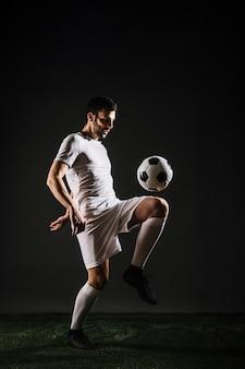 Esportista bonito malabarismo bola