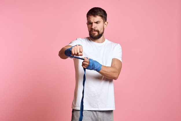 Esportista boxe bandagem rosa treino