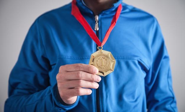 Esportista com medalha