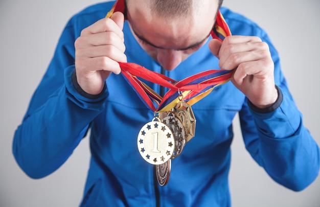 Esportista com medalhas. esporte, vencedor, sucesso