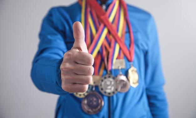 Esportista com medalhas