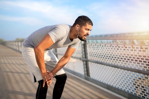 Esportista com problema de lesão no joelho