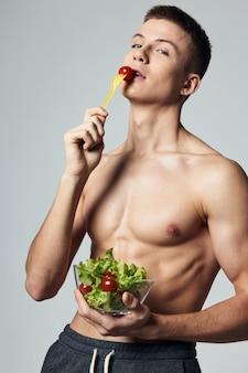 Esportista com salada de topless prato alimentação saudável treino