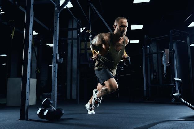 Esportista correndo no lugar na academia