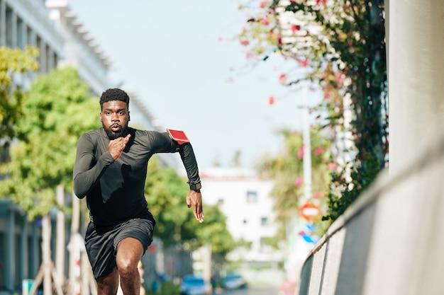 Esportista correndo sprint triatlo