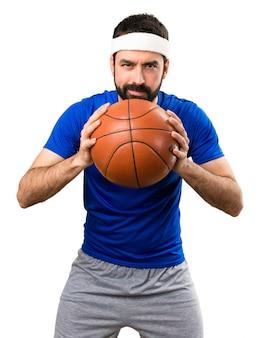 Esportista engraçado com bola de basquete no fundo branco isolado