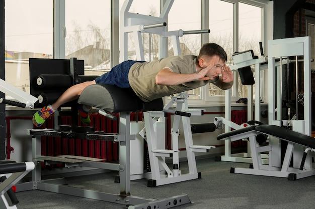 Esportista, fazendo, crunches, em, ginásio