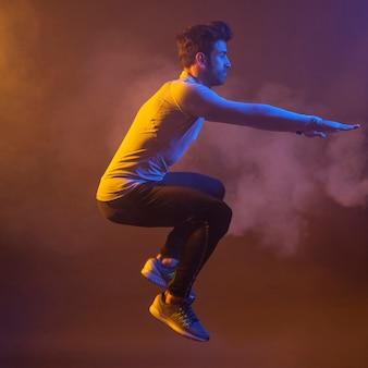 Esportista fazendo equilíbrio pular no ar