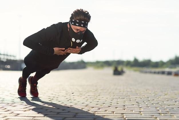 Esportista fazendo flexões com palmas durante o treinamento ao ar livre