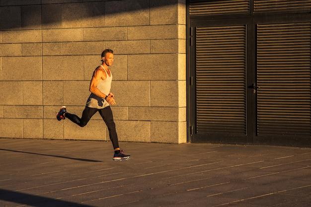 Esportista idoso correndo em estrada rural