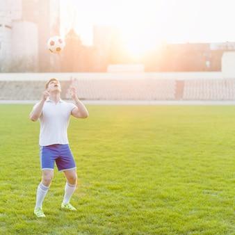 Esportista jovem jogando bola