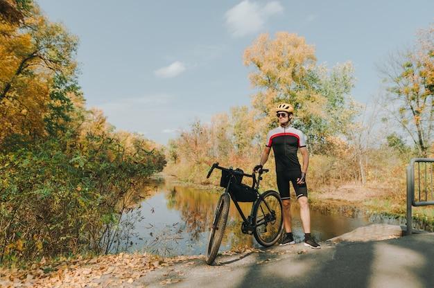 Esportista radical monta espetacularmente uma bicicleta na floresta